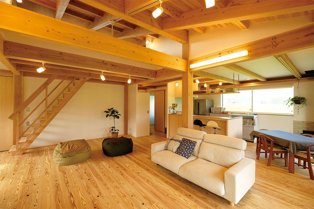 木や和紙など天然素材の質感をたっぷり味わえる、あたたかみのある空間