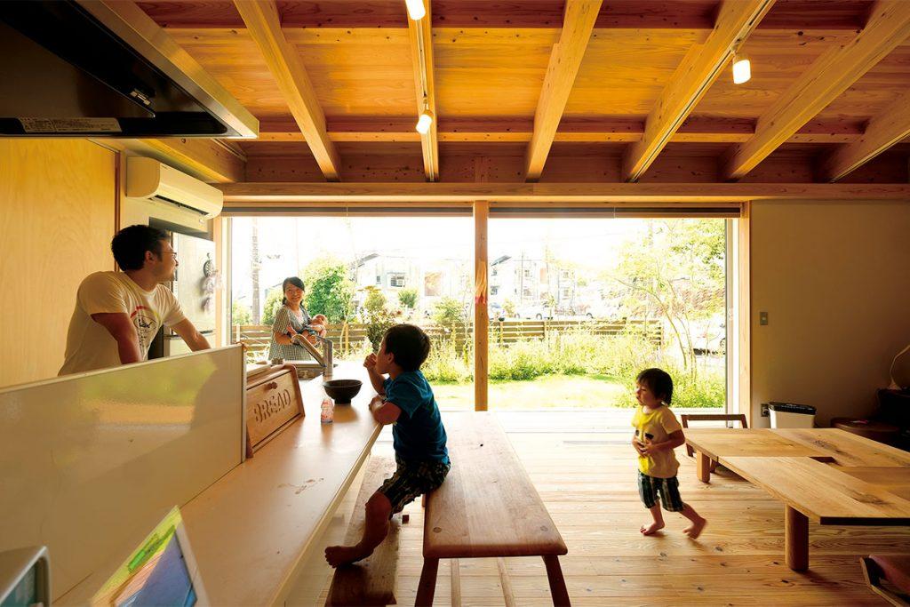 リビング・ダイニング・キッチンはご家族の笑顔が集う、ひと繋がりの大空間。 大きな開口部からは、部屋中に明るい光が差し込み、庭の植栽や青空を楽しむことができる。