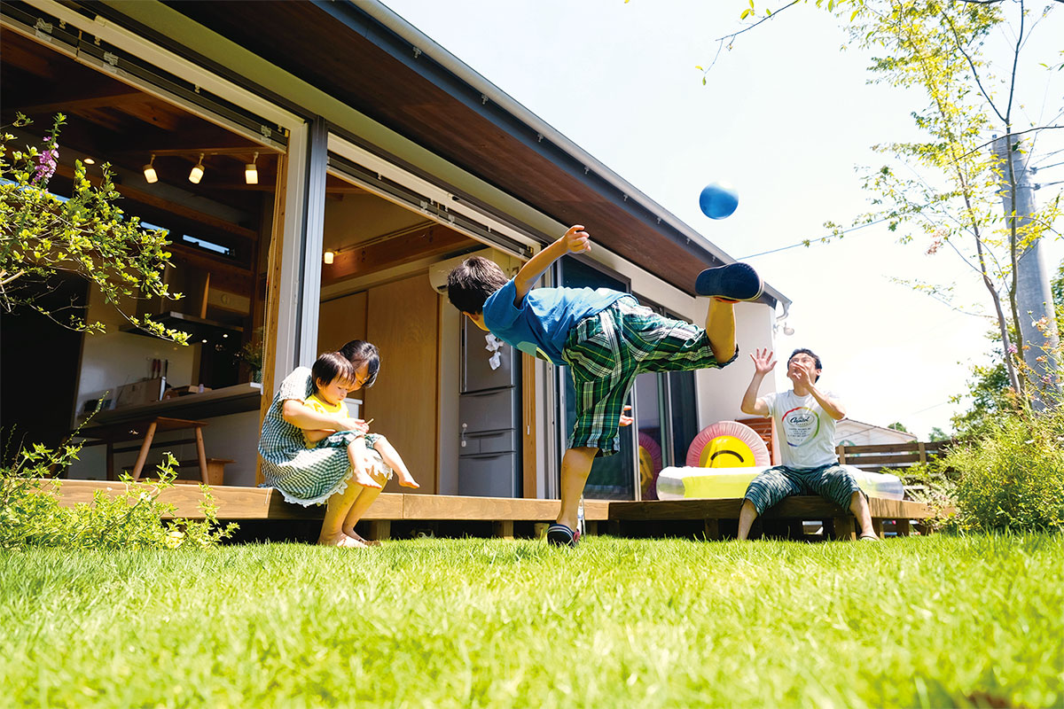 オープンな雰囲気の庭で、子供たちがのびのび育つ理想の住環境。