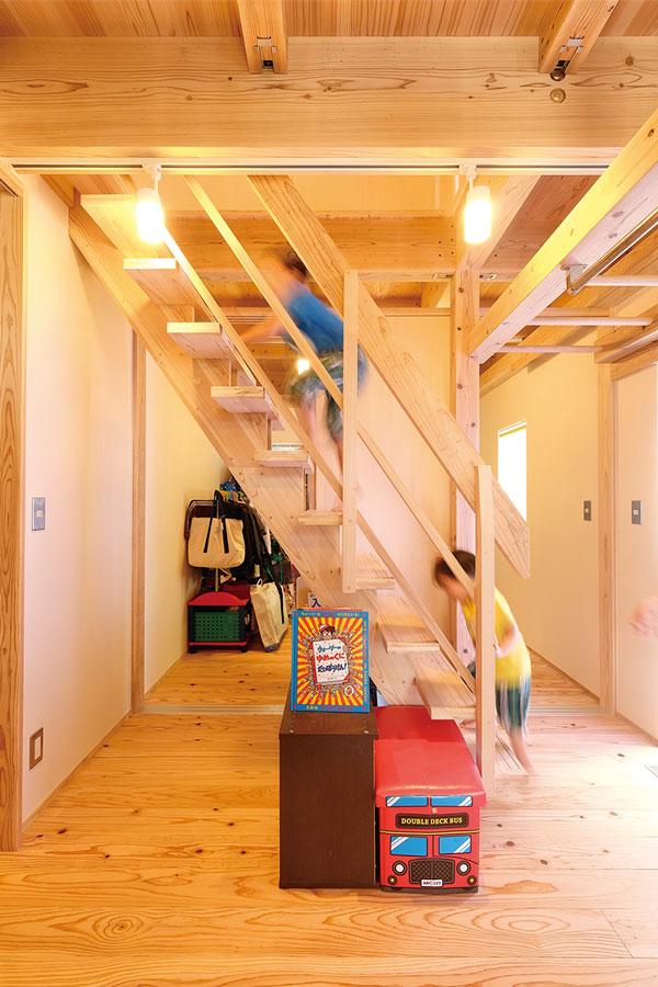 ロフトへの階段は子供たちのお気に入り。