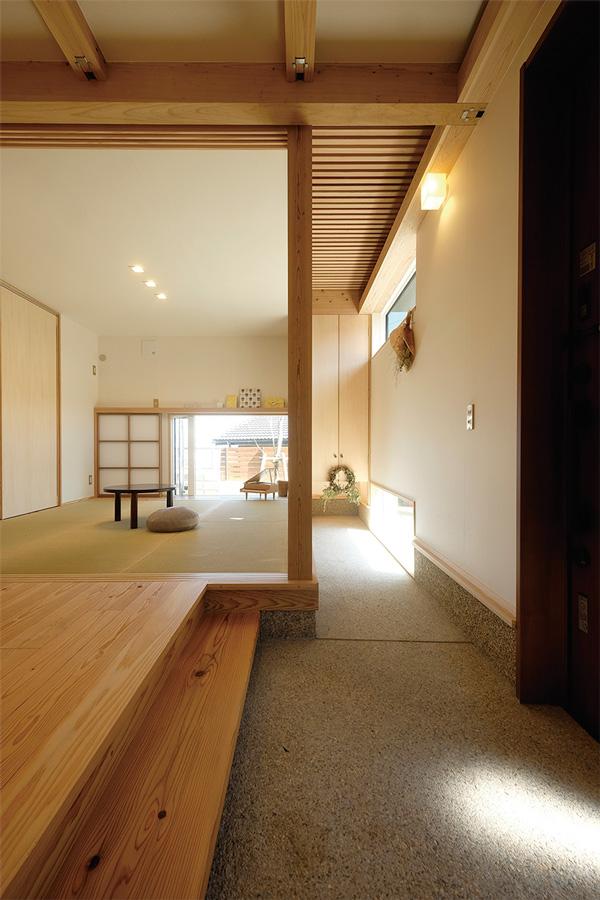1階玄関を入ると、土間と和室が迎えます。高窓と2階から落ちる光と地窓が生み出す陰影が、空間に奥行きを与えています。
