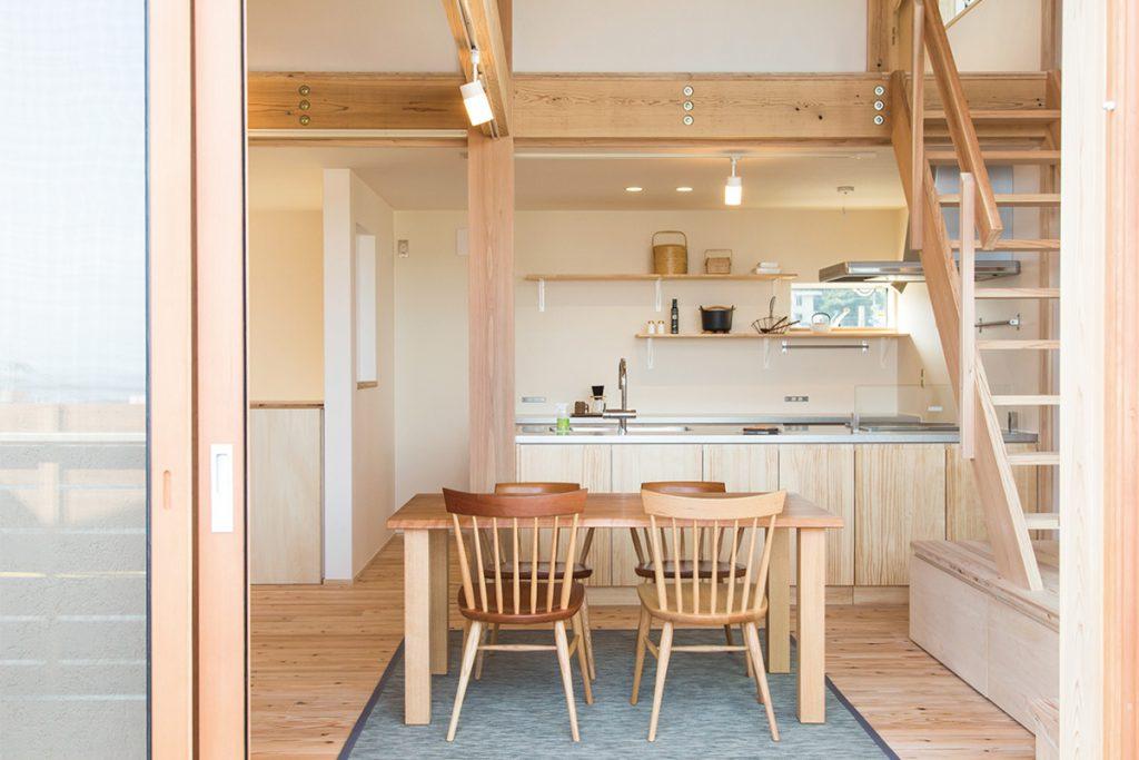 キッチンは背面収納を設けず、見せる収納に。