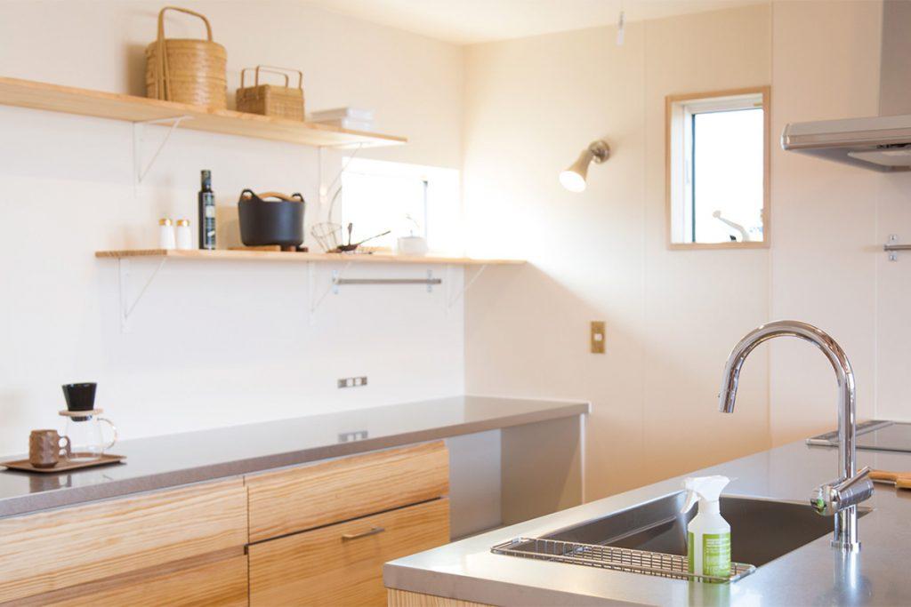 キッチンカウンターのダイニング側はすべて収納スペース。