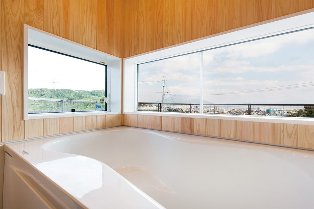 桜島も眺められる、見晴らしの良い浴室