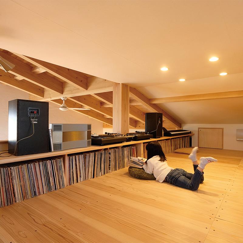 レコードの高さに合わせて作った収納とカウンターテーブルのあるロフト空間