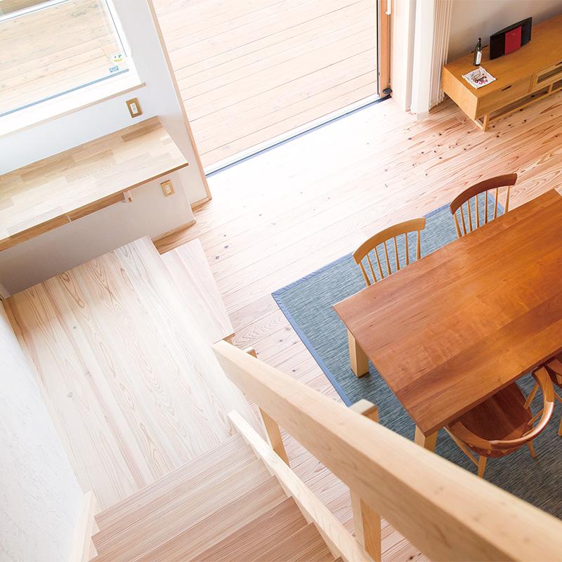 ロフト階段の最下段は収納付きのステップに。