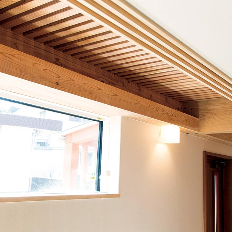 キャットウォークは2階の光を1階の土間へ落としてくれる役割も。