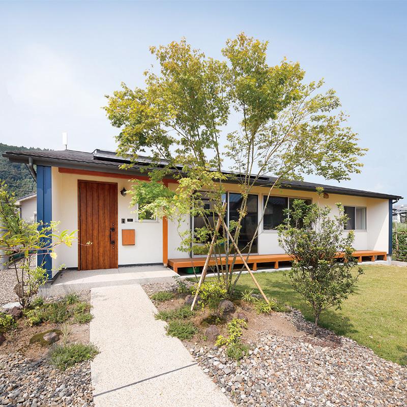 木々の間を通り抜けるようなデザインのアプローチ。広々とした庭も心地よい。
