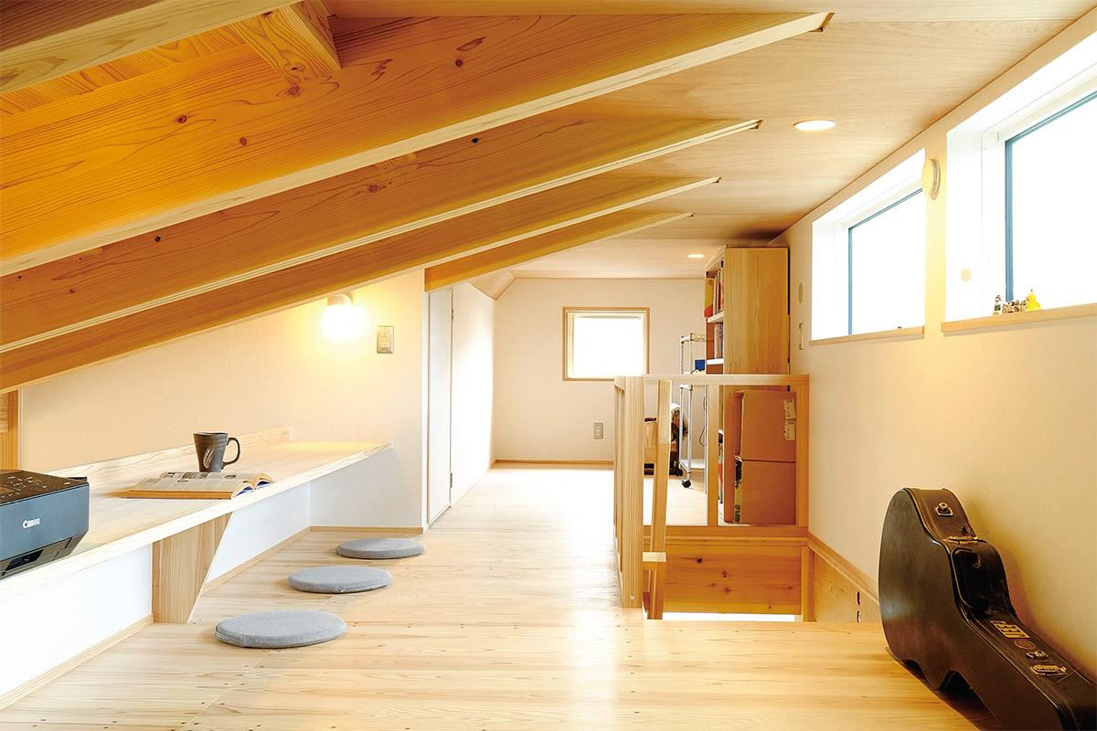 平屋ながら、約12畳の広々としたロフトスペースもあり、主にご主人の仕事部屋として使用。 固定階段なので上り下りしやすく、ゆとりある収納スペースとしても活用しています。