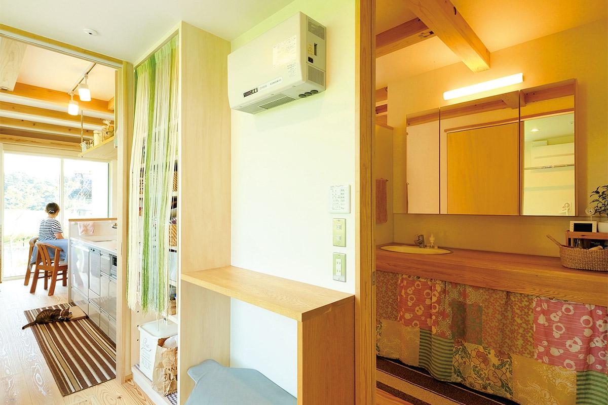 キッチンから脱衣室、洗面、浴室と水回りをまとめて、コンパクトな家事動線に