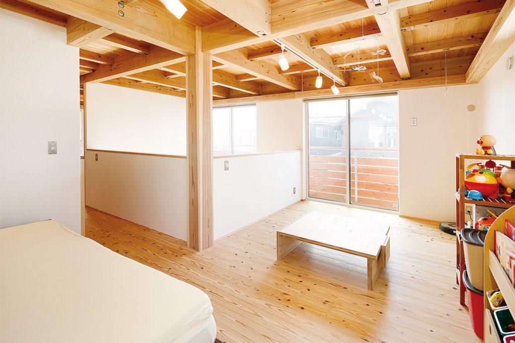 現在は開放的な1ルームとして使っているが、将来は2室の子供部屋にもできる