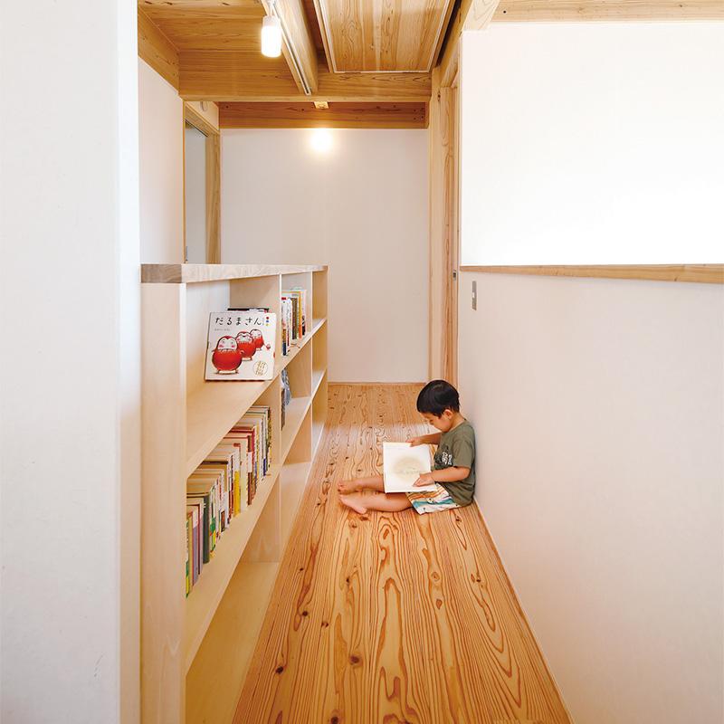 2階の廊下は本棚を設置し、読書スペースに