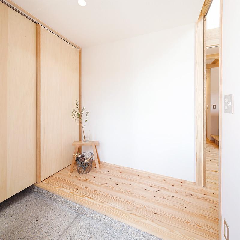 シューズクロークを設け、すっきり片付いた玄関スペース。