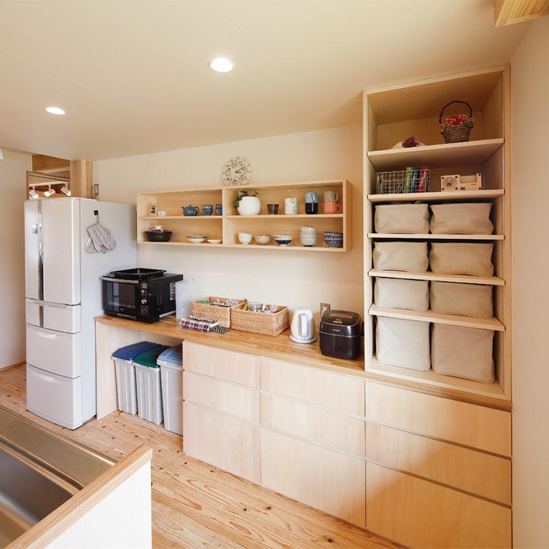 キッチンの背面収納は隠す収納と飾る収納を組み合わせて、メリハリとまとまりのある空間に。
