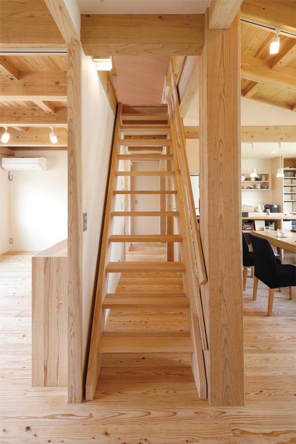 ロフト階段は上り下りしやすいよう固定に。