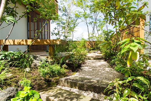 第1号のモデルハウス(桜ヶ丘ビュータウンモデル01)。豊かな植栽を設け、家に居ながら自然を身近に感じられます