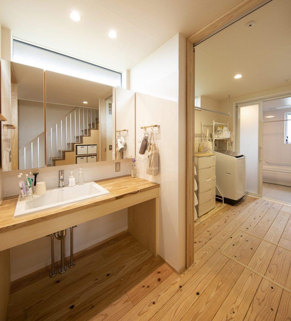 洗面はゆとりのある広さを確保。脱衣所と仕切ることで来客時も気兼ねなく使うことができる。
