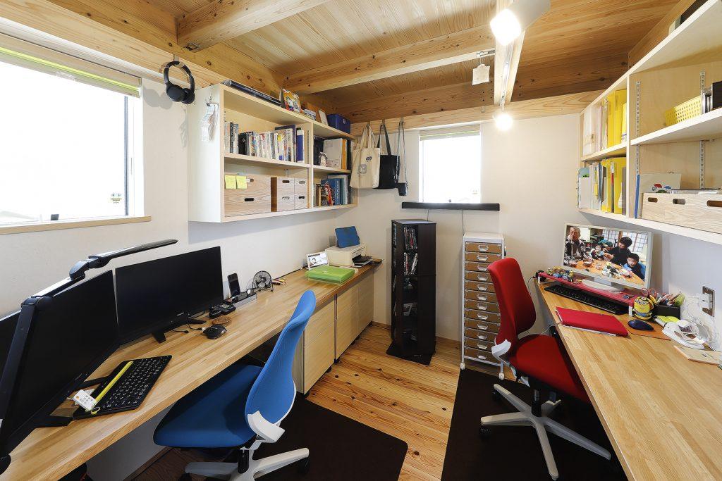 十分な広さを確できるように予め机と棚をつくり付けた