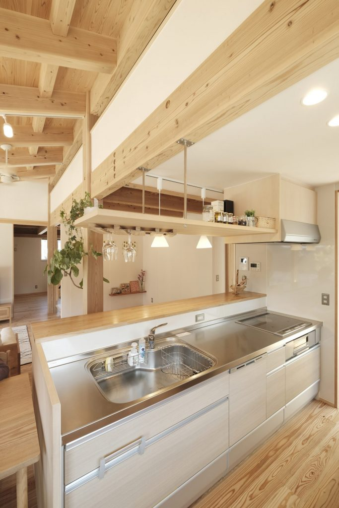 見せる収納のキッチンの吊り棚にはご主人がDIYでワイングラスホルダーを設置。